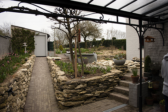 romantische gestructureerde tuin op helling